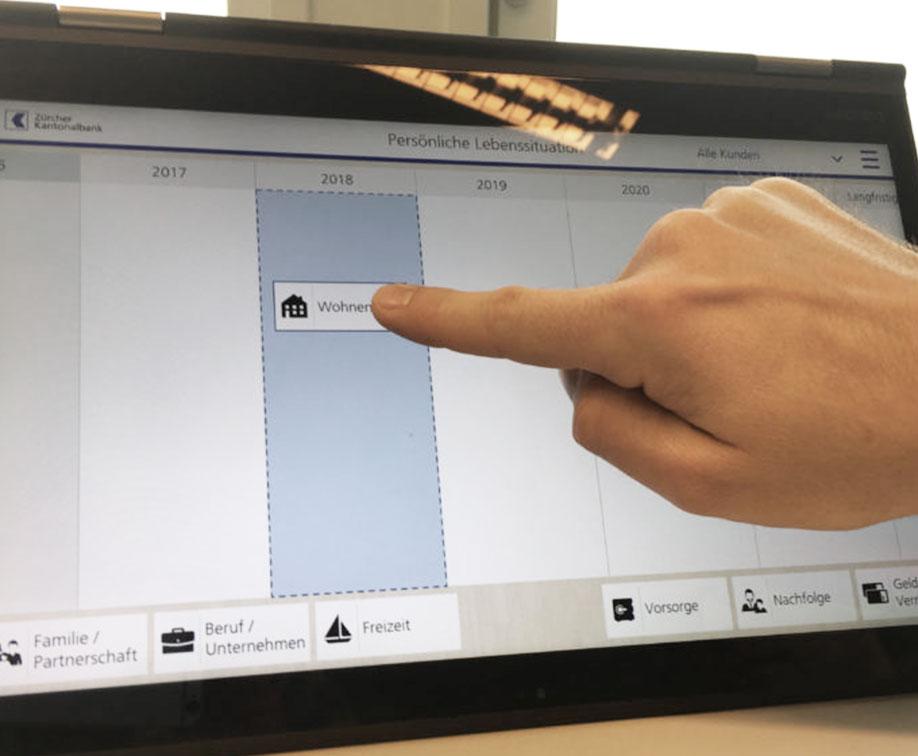 Hand verschiebt mit Touchfunktion auf Bildschirm