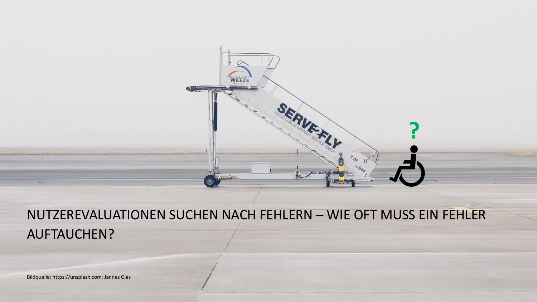Fragetext auf Bild: Nutzerevaluation suchen nach fehlern-wie oft muss ein fehler auftauchen? Auf dem Foto ist eine Flugzeugeinstiegtreppe für das besteigen eines Flugzeugs abgebildet. Daneben steht ein Rollstuhlfahren mit einem grossen Fragezeichen über dem Kopf.