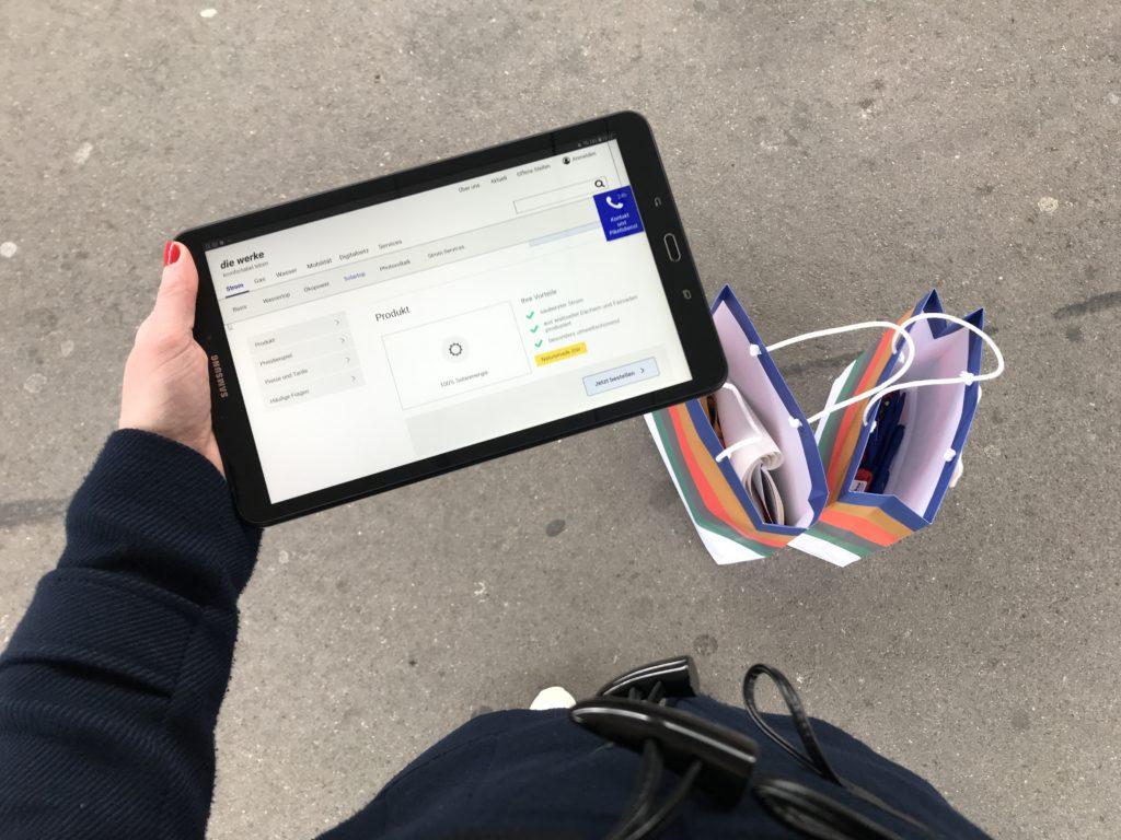 Tablet mit Klickdummy für den Hallwaytest